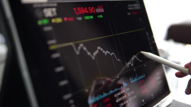 vídeos de stock, filmes e b-roll de dados do mercado de ações com tablet digital. - número