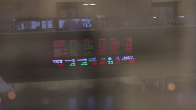 vídeos de stock, filmes e b-roll de stock prices are displayed on an electronic board above the entrance to the amsterdam stock exchange operated by euronext nv a unit of... - soft focus