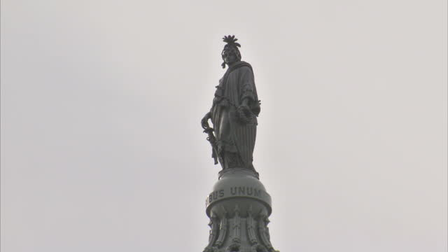 stock shots the statue of freedom on top of the dome of the us capitol in washington dc shots of us flag waving from us capitol - kuppeldach oder kuppel stock-videos und b-roll-filmmaterial