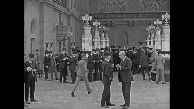 vídeos y material grabado en eventos de stock de 1920 stock traders in trading pits at stock exchange - wall street