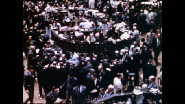 vidéos et rushes de / stock traders working on the new york stock exchange floor / view of the trading floor. stock trading on the nyse floor on may 28, 1970 in new... - échange commercial