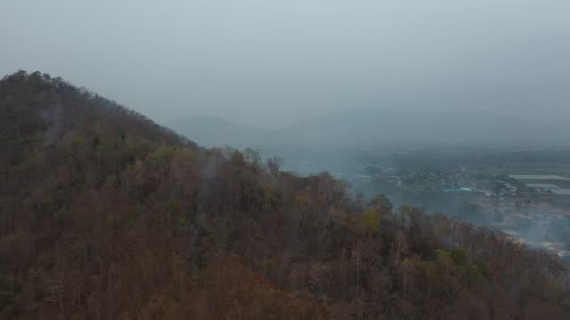 vídeos y material grabado en eventos de stock de stock video aerial view forest fire on the slopes of hills and mountains - quemar