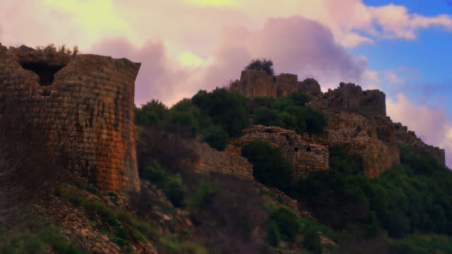 vídeos de stock, filmes e b-roll de stock video footage of colorful sky above nimrod fortress shot in israel at 4k with red. - jerusalém