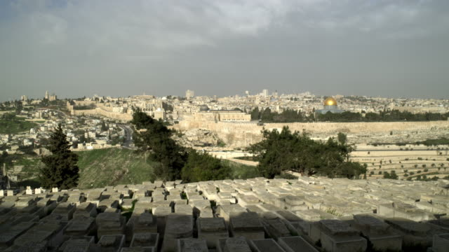 vídeos de stock, filmes e b-roll de stock video footage panorama of jewish cemetery and old jerusalem filmed in israel at 4k with red. - jerusalém