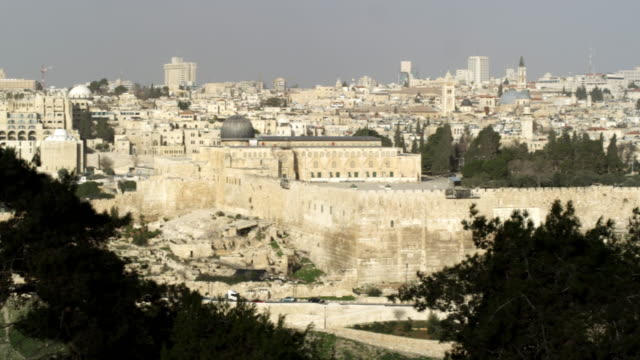 vídeos de stock, filmes e b-roll de stock video footage panorama of old jerusalem from mt. of olives shot in israel at 4k with red. - jerusalém