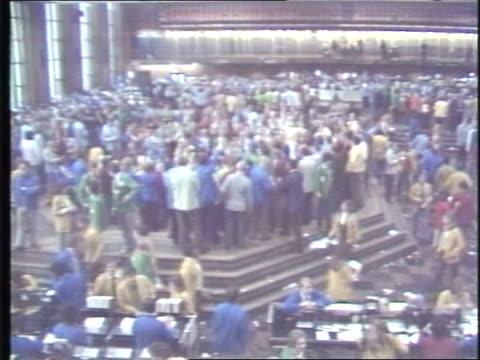 vidéos et rushes de stockbrokers inside chicago board of trade on june 26, 1981 in chicago, illinois - trader