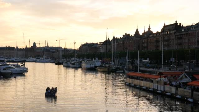 vídeos y material grabado en eventos de stock de canal de la ciudad de stockholm al atardecer - restaurante flotante