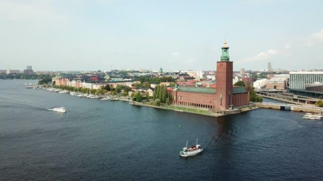 stockvideo's en b-roll-footage met stadhuis van stockholm, panning - koning koninklijk persoon
