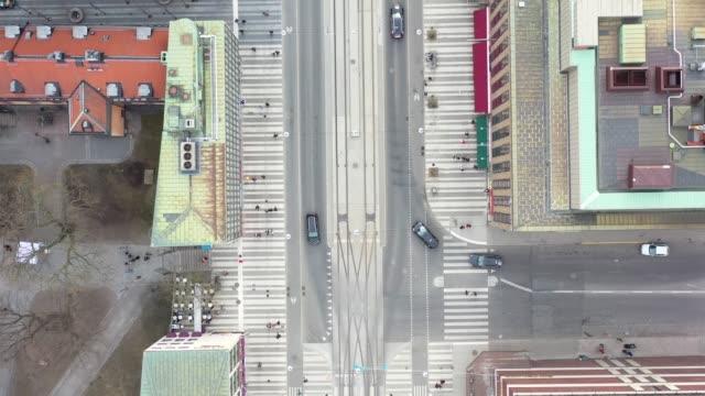 vídeos de stock, filmes e b-roll de cidade de estocolmo vista de acima, cityscape, drottninggatan, klarabergsvagen perto de sergels torg - quadrado formato bidimensional
