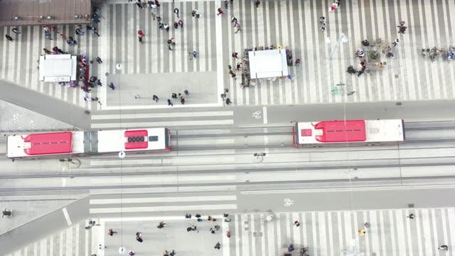vídeos de stock, filmes e b-roll de cidade de estocolmo vista de acima, cityscape, klarabergsvagen perto de sergels torg - quadrado formato bidimensional