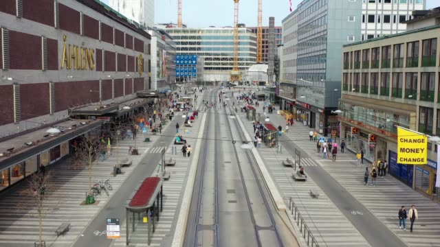 stockvideo's en b-roll-footage met stockholm stad gezien van bovenaf, cityscape, klarabergsvagen in de buurt van sergels torg - stockholm