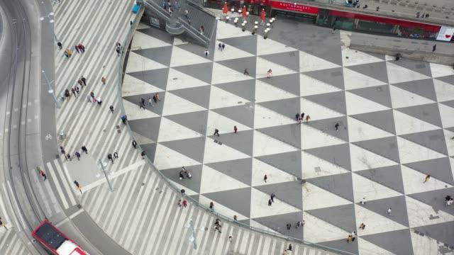 vídeos de stock, filmes e b-roll de cidade de estocolmo vista de acima, paisagem urbana, torg de sergels - triângulo formato bidimensional