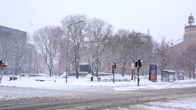 stockvideo's en b-roll-footage met stockholm cityscape with heavy winter snow sweden - bus