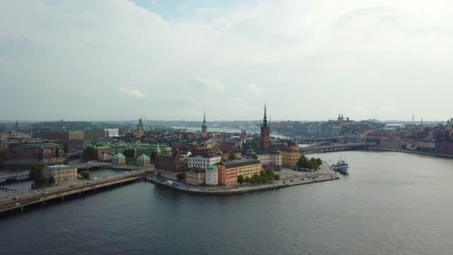 stockvideo's en b-roll-footage met stockholm-oude stad gezien vanaf de zee, drone weergave - europese cultuur