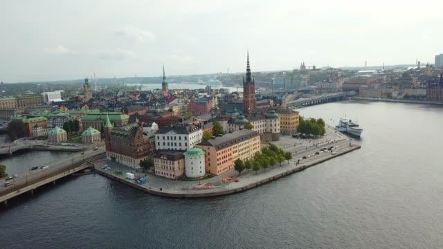 stockholm gamla stan sedd från havet, drönarvy - stockholm bildbanksvideor och videomaterial från bakom kulisserna