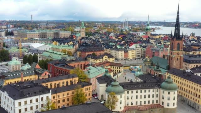 stockvideo's en b-roll-footage met stockholm oude stad gezien vanaf zee, drone uitzicht - stockholm