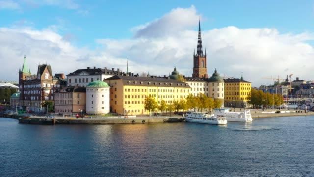 stockholm altstadt vom meer aus gesehen, drohnenansicht - stockholm stock-videos und b-roll-filmmaterial