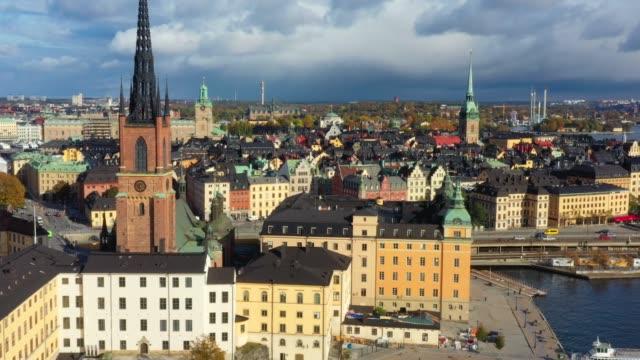 vidéos et rushes de vieille ville de stockholm vue de la mer, vue de drone - rue pavée