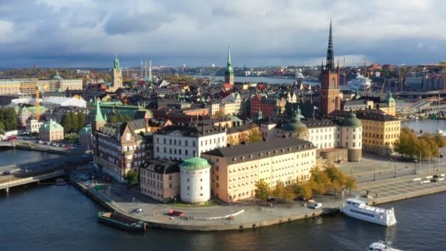 stockvideo's en b-roll-footage met de oude stad van stockholm die van overzees, dronemening wordt gezien - stockholm