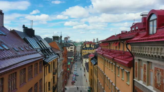 stockholmer straße, abheben mit dächern - stockholm stock-videos und b-roll-filmmaterial