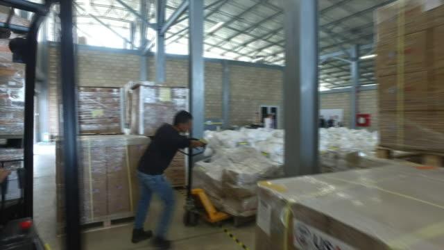 vídeos y material grabado en eventos de stock de stockpiled us aid supplies to venezuela stored in a warehouse in the border city of cucata, colombia - cuarto almacén