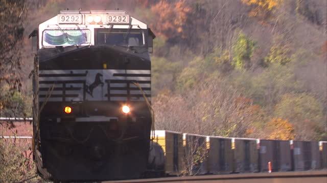 stocks shots of freight train driving through johnstown, pennsylvania, in the american rust belt. - 貨物列車点の映像素材/bロール