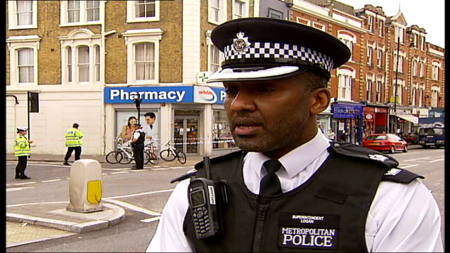 police officer stabbed england london stoke newington ext supt leroy logan interview sot officers responding to call came across suspect outside... - 手足点の映像素材/bロール