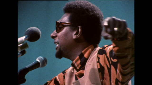 stokely carmichael gives a speech on pan-africanism and uniting all people of african descent behind' black power'; 1971. - storia degli afroamericani degli usa video stock e b–roll