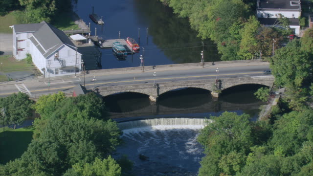 vídeos de stock, filmes e b-roll de aerial stone bridge and waterfall by the blackstone river / central falls, rhode island, united states - rhode island