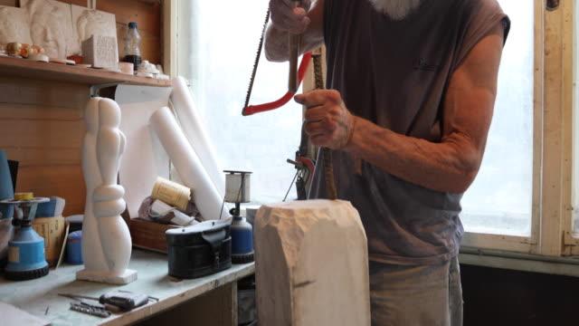 vídeos y material grabado en eventos de stock de las manos del tallador de piedra - piedra