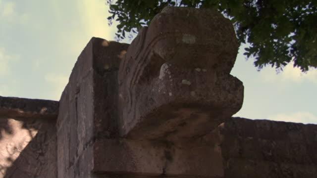 vídeos de stock e filmes b-roll de la cu zo stone carving at ancient mayan site chichen itza / yucatan, mexico  - por volta do século 7 dc