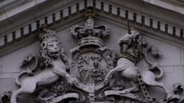 stockvideo's en b-roll-footage met a stone carving of lion and unicorn holding a shield adorns the pediment of the bank of ireland in dublin, ireland. available in hd. - snijwerk