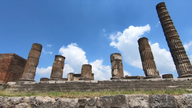 stone columns in the ancient ruins sightseeing historic landmark of pompeii, italy, europe. - slow motion - arte dell'antichità video stock e b–roll
