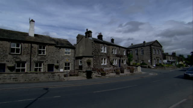 stone cottages line the streets in saltaire, west yorkshire. available in hd. - ウェストヨークシャー点の映像素材/bロール