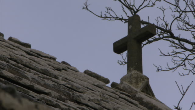 a stone cross on rooftop. available in hd. - 宗教上のシンボル点の映像素材/bロール