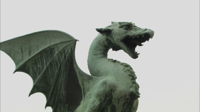cu zo ms la stone dragon at dragon bridge (zmajski most) / ljubljana, slovenia - dragon stock videos & royalty-free footage