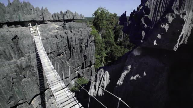 vídeos de stock e filmes b-roll de stone forest in madagascar - ponte suspensa