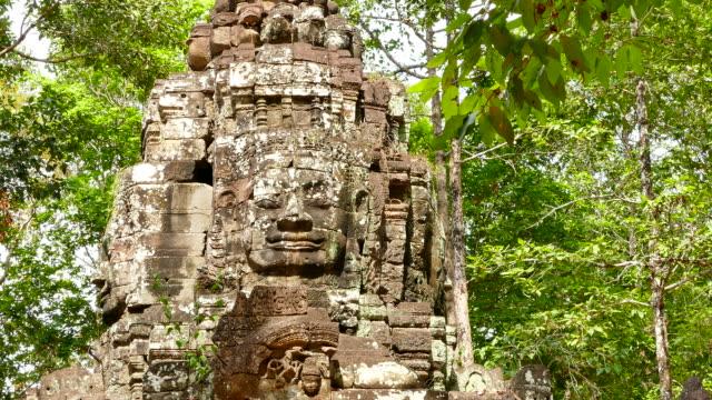 vídeos de stock e filmes b-roll de pedra portão de angkor templo de angkor thom no camboja - circa 13th century