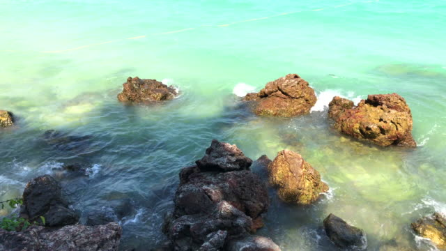vídeos y material grabado en eventos de stock de piedra en playa sangwan, pattaya, tailandia. - terminal de ferry