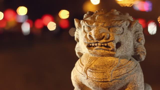 cu stone lion at night/xian,shaanxi,china - rappresentazione di animale video stock e b–roll