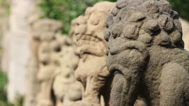 r/f cu ls stone lions/xian,shaanxi,china - rappresentazione di animale video stock e b–roll