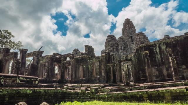 Stone väggmålningar och skulpturer i Angkor wat
