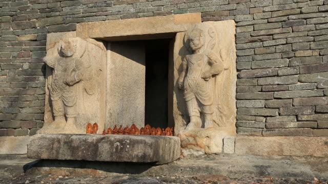 stone pagoda of bunhwangsa temple (korea national treasure 30) - figura maschile video stock e b–roll