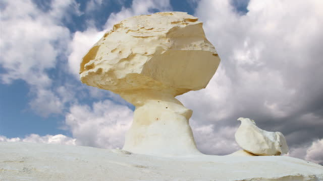 stockvideo's en b-roll-footage met stone sculpture in the white desert - steen rots