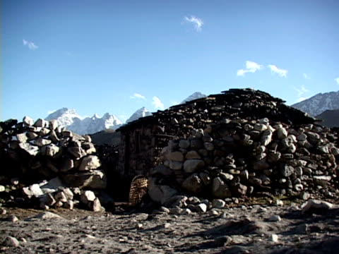 ms, stone shelter in himalaya mountains, katmandu, khumbu- himalaya, nepal - placca di montaggio fissa video stock e b–roll