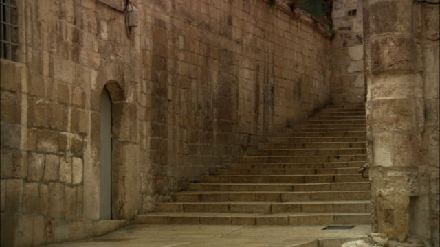 vídeos de stock, filmes e b-roll de stone stairs in old city jerusalem appear vacant. - jerusalém