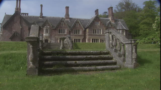 stone steps and a walkway lead to the culver house in exeter, england. - イングランド南西部点の映像素材/bロール