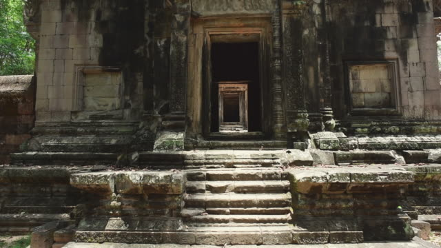 stockvideo's en b-roll-footage met stone steps at entrance of famous ancient hindu temple on sunny day - siem reap, cambodia - geruïneerd