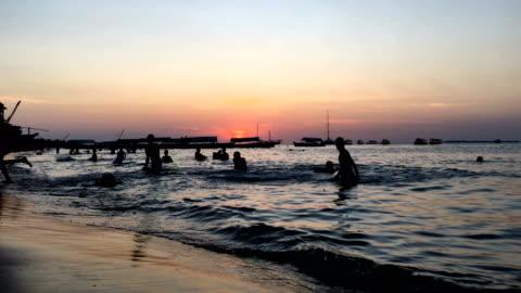 vídeos y material grabado en eventos de stock de actividad en stone town beach durante el atardecer - villa asentamiento humano