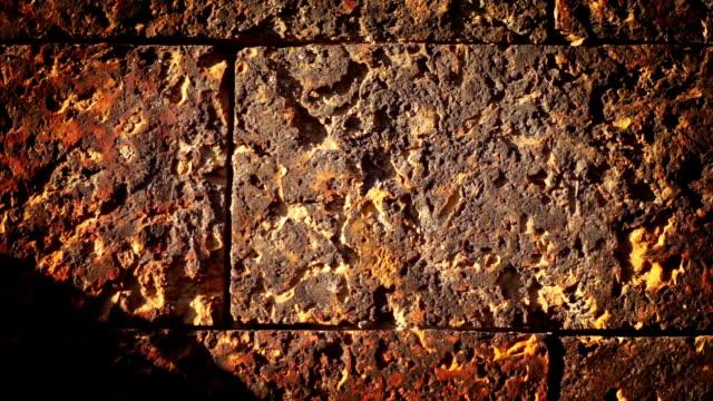 vídeos de stock, filmes e b-roll de fundo parede de pedra. - tijolo material de construção
